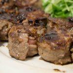 薄切り牛肉でステーキ。食べやすいサイズで、柔らかくジューシー。
