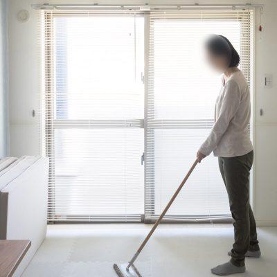 掃除する妻