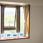 寝室の出窓に明るさを。ニトリの突っ張り棒でカーテンをつけました