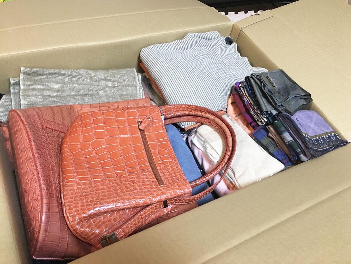 実家の洋服とバッグをブランディアの宅配買取へ